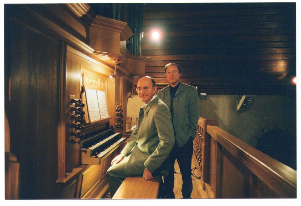 Jean-Paul Lécot et Yvon Bréhu (président des Amis de l'Orgue), à l'orgue de Chantepie