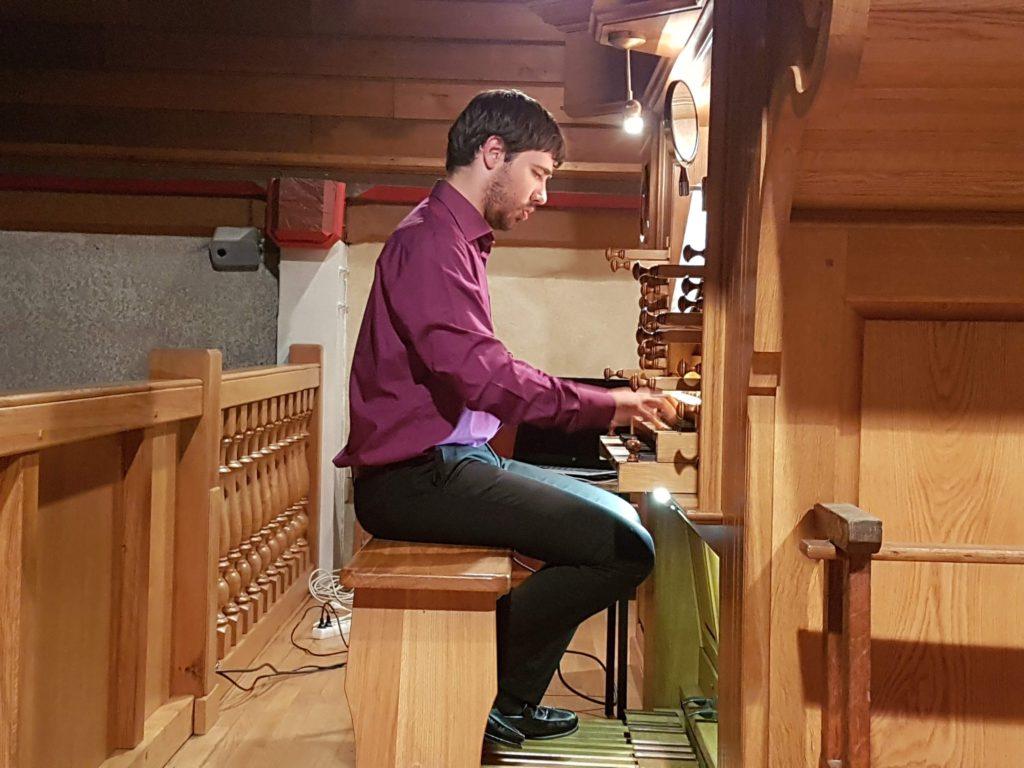 Pierre Queval à l'orgue de Chantepie pendant le Ciné-Concert