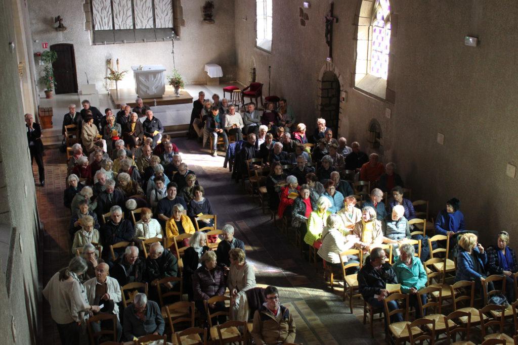 Le public s'installe avant le concert chant et orgue